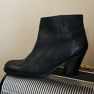 SAKS FIFTH AVENUE BLACK LEATHER CLASSIC ANKLE BOOT